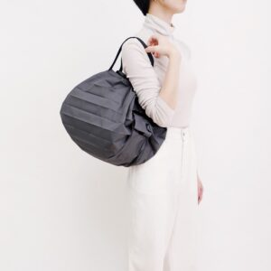 shupatto-compact-bag-m-charcoal-sumi-model-detail