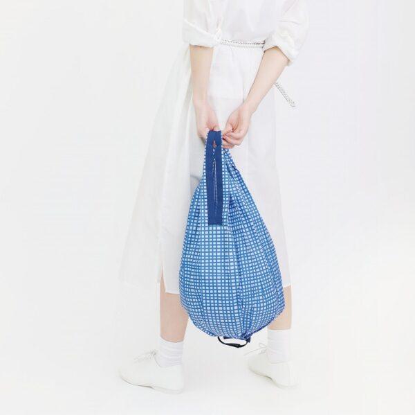 shupatto-compact-foldable-shopping-bag-drop-m-mesh-model-detail